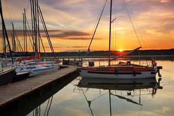 Fototapeta wschód słońca na Mazurach w północno-wschodniej Polsce obraz