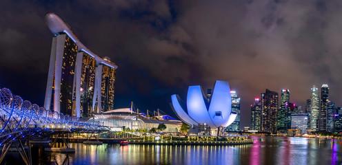Fototapeta Helix bridge and Singapore skyline at night