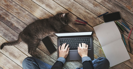 Photo sur Aluminium Pays d Afrique creative home work space - work from home concept - girl with cat