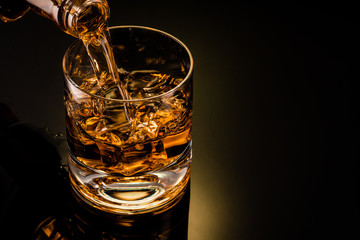 glass of whiskey on black background Fototapete