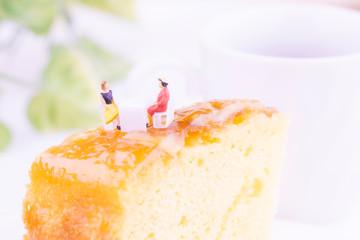 お店でパイナップルケーキを食べる女性たち
