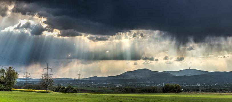 Eine Regenfront zieht über den Vordertaunus, Hessen, Deutschland