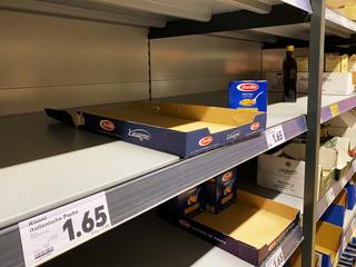 Supermarkt mit leeren Regalen - Coronavirus COVID-19 Krise