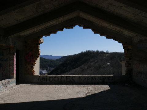 Ruine donnant sur la montagne