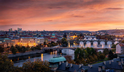 Panoramablick auf die Stadt Prag nach Sonnenuntergang mit der Moldau, Karlsbrücke, der Altstadt und den modernen Wolkenkratzern im Hintergrund Fotomurales