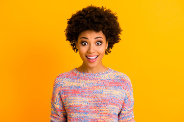 Fototapete - Portrait of astonished funky afro american girl look unbelievable unexpected bargain promo scream wear casual style outfit isolated over yellow color background