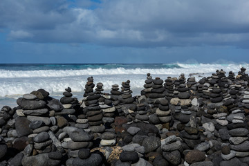 Photo sur Plexiglas Zen pierres a sable Stones pyramid on pebble beach symbolizing stability, zen, harmony, balance.