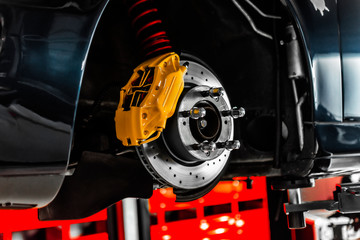 Nahaufnahme einer Bremsscheibe am Auto die vom Service der Werkstatt gewechselt wird
