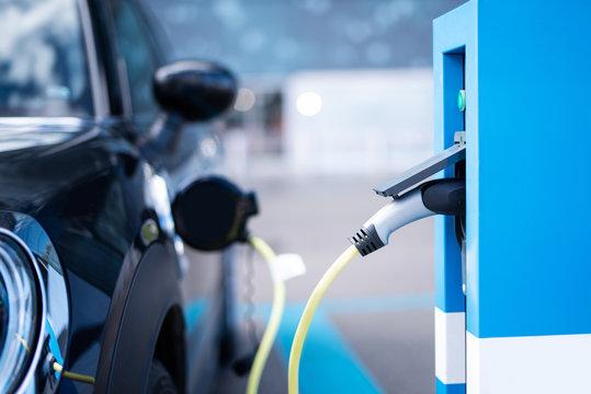 Elektro-Auto an einer Ladestation, Elektromobilität