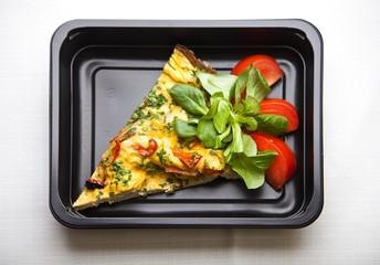 Fototapeta Zdrowa dieta pudełkowa pizza obiad lunch box, na dowóz, na wynos, pełnowartościowy, zbilansowany fit posiłek na cały dzień  obraz
