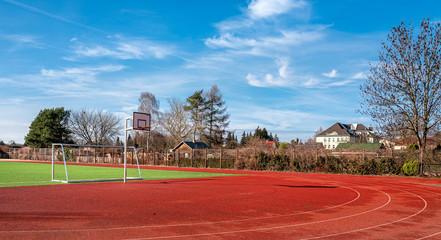 Sportplatz hinter einem Schulgebäude in Berlin Pankow