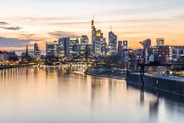 Sonnenuntergang über Frankfurt Skyline, Spiegelung im Wasser Fototapete