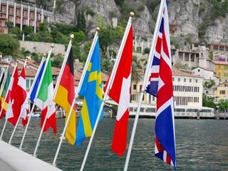 Verschiedene Länderflaggen am Gardasee