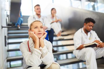Krankenschwester oder Ärztin macht eine Pause