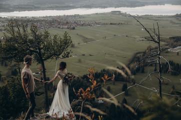 Photo sur Aluminium Kaki bride and groom on the mountain