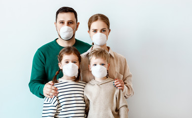 Fotorolgordijn Hoogte schaal Family in medical masks during disease outbreak