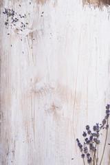 Obraz deska biała z lawenda  - fototapety do salonu