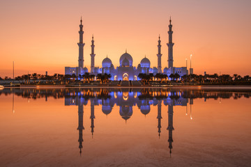 Poster Abou Dabi Sheikh Zayed Grand Mosque in Abu Dhabi with a water reflection angle, there is light before the sunset is very beautiful