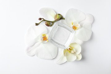 Tuinposter Orchidee Composition with cosmetic gel and beautiful flowers on white background, top view