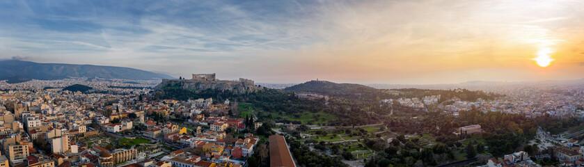 Fototapete - Luftaufnahe der Skyline von Athen, Griechenland, mit Akropolis, Altstadt und den zahlreichen Antiken Ruinen bei Sonnenuntergang