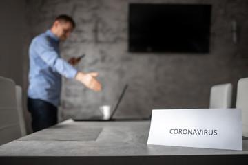 Obraz Pracownik biurowy na pracy zdalnej przez pandemie Coronavirus - fototapety do salonu
