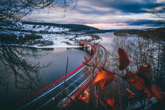 Malerische Brücke über Wasser für Transport