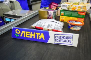 Goods separator on the conveyor belt in superstore Lenta. Text in Russian: Lenta, next purchaser