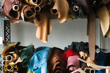 Lederlager in einer Manufaktur zur Herstellung von Luxuxhandtaschen Fotoväggar