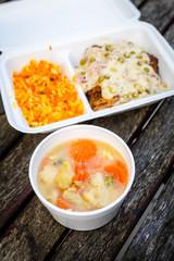 Fototapeta Dania na wynos, schab z groszkiem i sosem, zupa jarzynowa  obraz