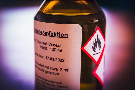 Flasche eines Desinfektionsmittels mit Hinweisen zu Benutzung in deutscher Sprache in deutsch Desinfektion in englisch disinfection