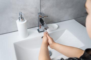 Obraz Mycie rąk żelem i mydłem. Higiena i prewencja rozprzestrzeniania koronawirusa. - fototapety do salonu