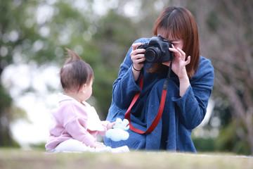 赤ちゃんの写真を撮る母親