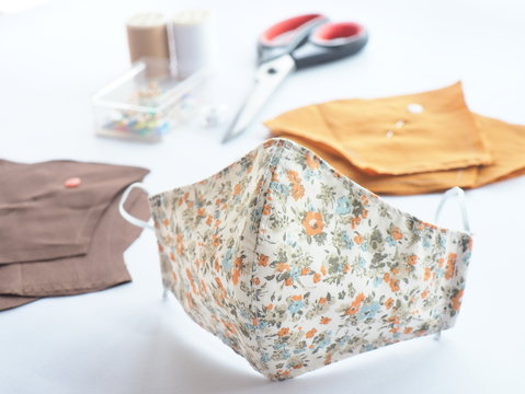 Sew mask By yourself to protect against viruses Covid-19 and dust in the air