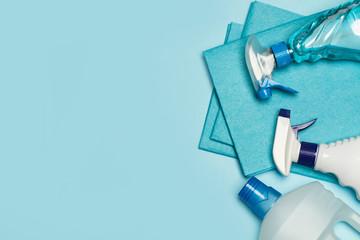 Fototapeta Productos de limpieza: botellas, aerosoles,pulverizador, paño esponja sobre fondo celeste pastel. Vista superior. Copy space obraz