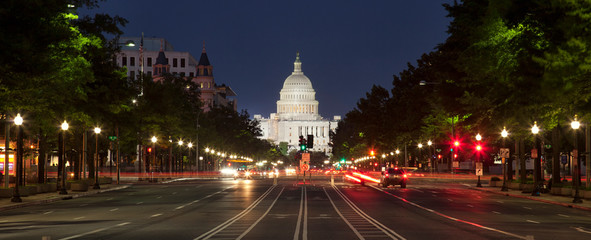 US Capitol and Constitution Avenue in Washington DC at night Fototapete