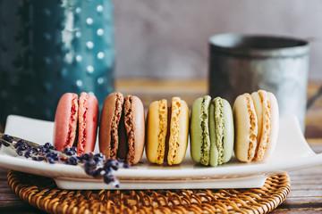 Poster Macarons Assortiment de macarons colorés dans un plat en céramique
