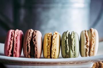 Fotorollo Macarons Assortiment de macarons colorés dans un plat en céramique