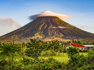 Mayon volcano -  massive, very active and perfect cone shape volcano in island of Luzon, Philippines Fototapete