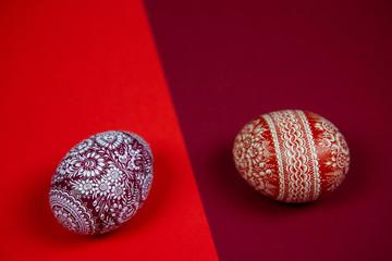 Dekoracja wielkanocna, jajka na dzielonym kolorowym tle
