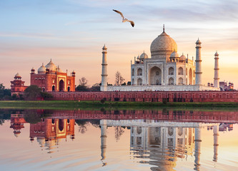 Famous Taj Mahal Mausoleum on the bank of the Yumana river in Agra, India Fototapete