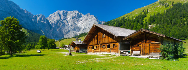 Poster Alpes panorama landscape in bavaria with wooden old farmhouse