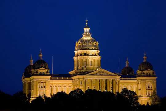 Night shot of Iowa State Capital and dome, Des Moines, Iowa