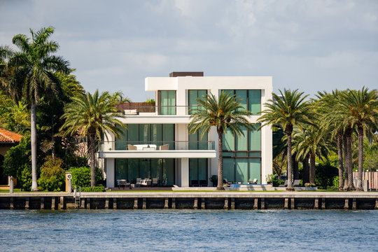Modern mansion in Fort Lauderdale FL on the water