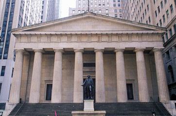 Fototapete - Statue of George Washington at the entrance of the Federal Hall, New York City, NY