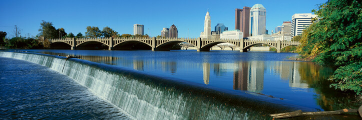 Fototapete - Scioto River with waterfall and Columbus Ohio skyline, with setting sunlight