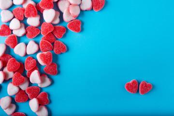 dulces en forma de corazon sobre un fondo negro