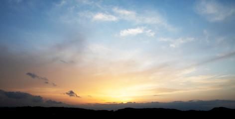 Fotorollo Beige panoramica de una puesta de sol entre las montañas
