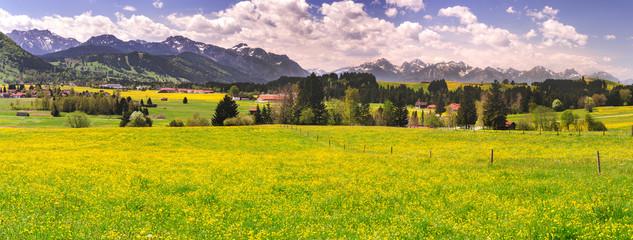 Foto auf Leinwand Orange Panorama Landschaft in Bayern mit See und Berge im Allgäu