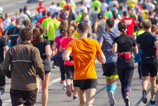 Many people run amateur marathon