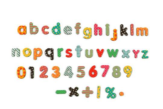 typo alphabet rond de type école avec lettres en minuscules et chiffres des toute les couleurs